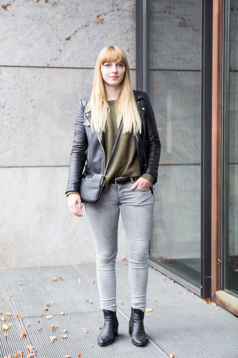 Outfit khakifarbener Strickpullover, graue Jeans, Herbst, Look, Chelsea Boots, Lederjacke, khaki knit, letaler jacket