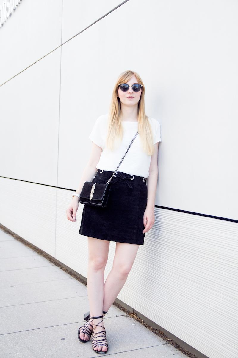 Outfit mit schwarzem Wildlederrock, weißer Bluse und look alike Schnürsandalen von Mango, suede skirt, look, streetstyle