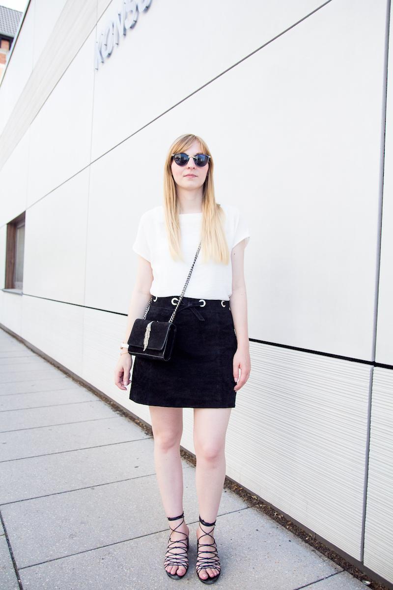 Outfit schwarzer Wildlederrock, weiße Bluse, schwarz-weiß, lace up Sandalen Mango, look alike