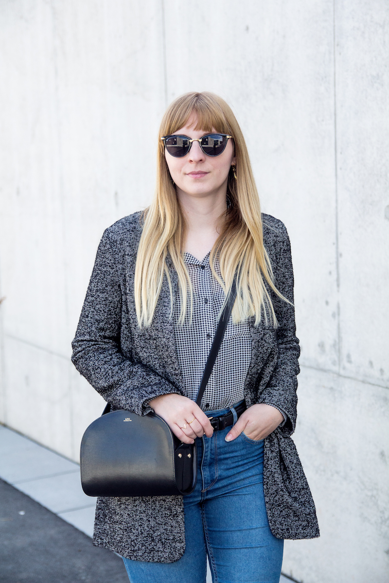 Outfit, grauer Blazer, Hahnentrittmuster, Lackschuhe, Patent letaler Boots, High waist Jeans, how to wear, Demi lune