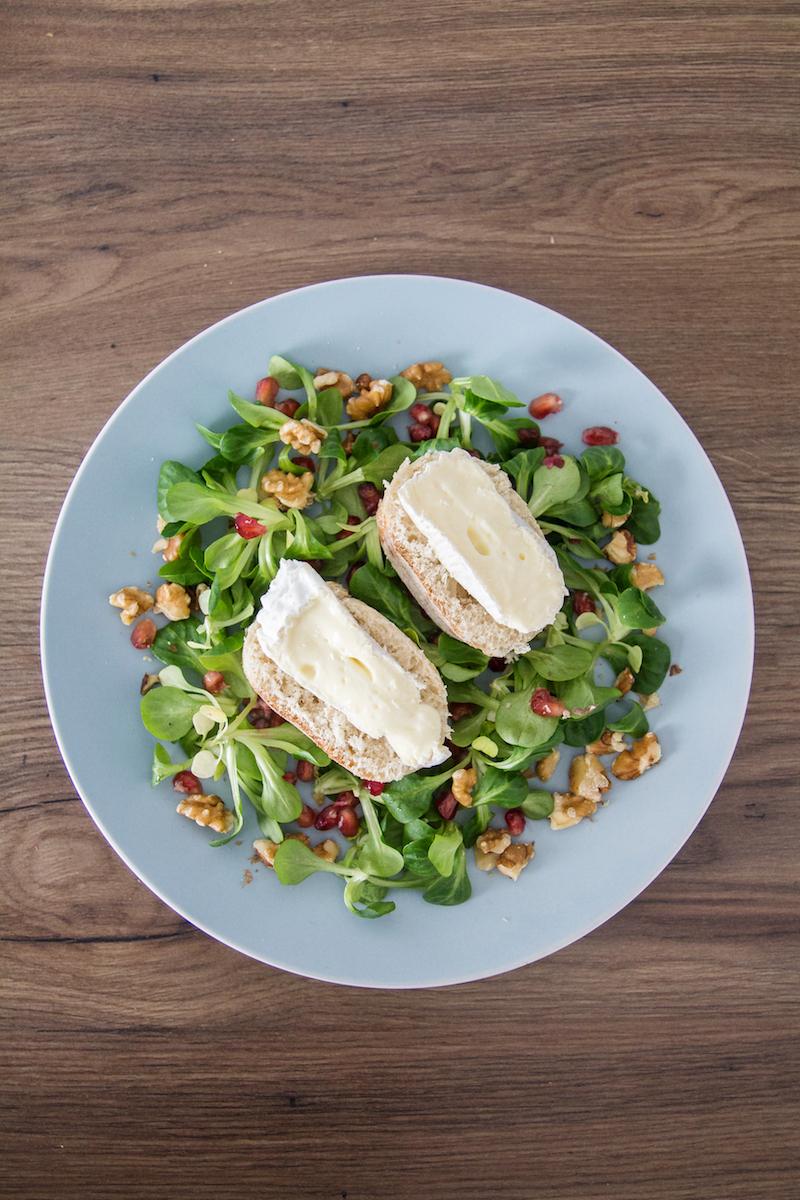 Feldsalat mit Camembert und Granatapfel, Walnuesse