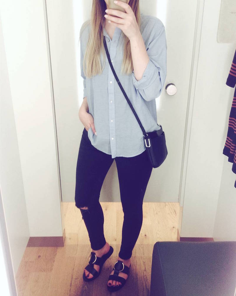 Outfit ripped jeans, blaue Bluse