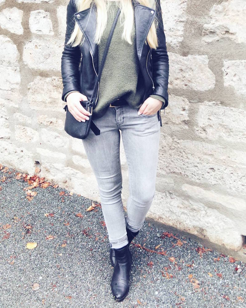 Outfit mit grauer Jeans, khakifarbenen Pullover und Lederjacke, look with grey jeans, leather jacket and khaki sweater