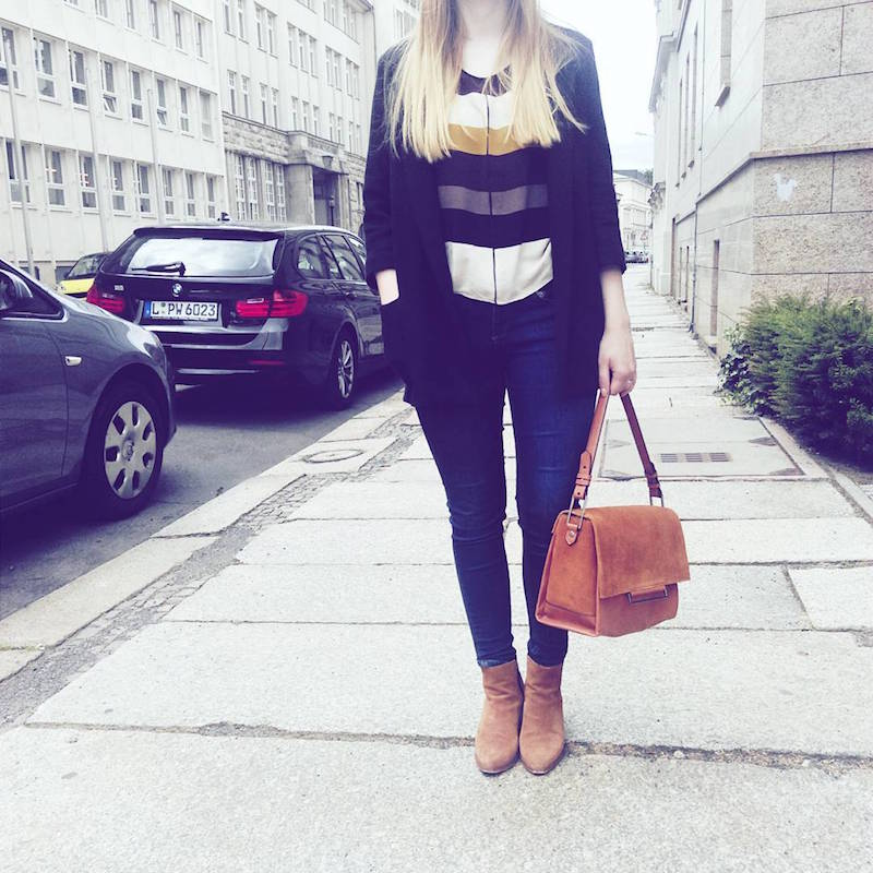 Outfit Jeans, gestreifte Bluse, braune city Tasche
